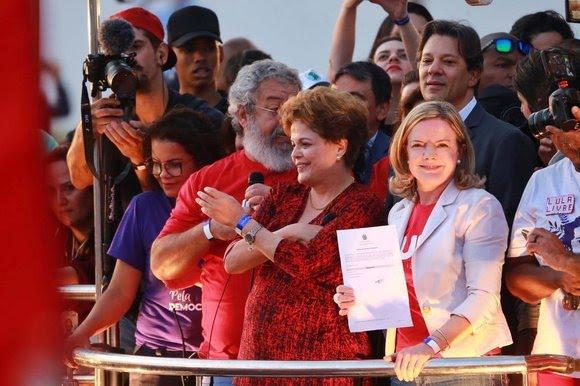 Gleisi Hoffmann com o documento de registro do ex-presidente no TSE durante protesto pela liberdade de Lula
