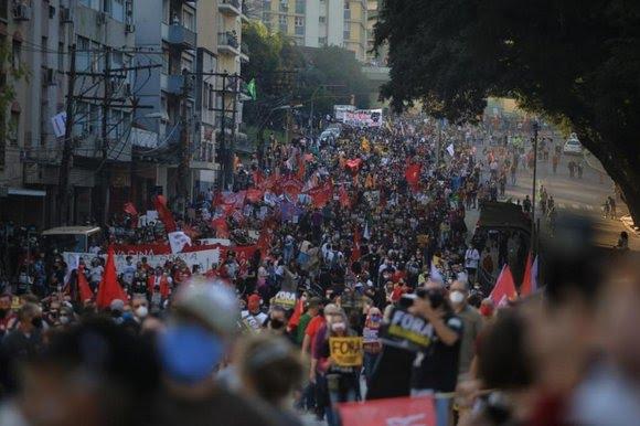 Uma das passeatas contra Bolsonaro realizadas recentemente em Porto Alegre